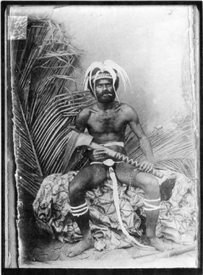 "<small class=""legende"">Photographie en noir et blanc du chef kanak Poindi-Patchili, ©Mitchell library, Sydney, Service presse/mab.</small>"